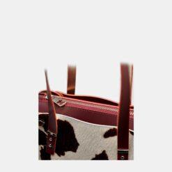 detalle de cremallera bolso con pelo de vaca