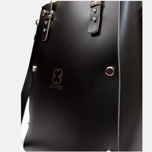 detalle grabado bolso piel negro