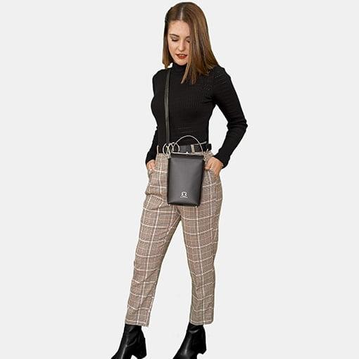 Modelo con bolso de piel negro
